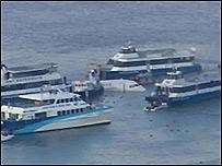 Avión en río Hudson rodeado por transbordadores