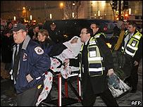 Una pasajera es llevada en una camilla tras ser rescatada