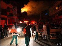 Personal médico de hospital incendiado evacua a pacientes