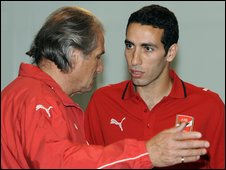 Al Ahly coach Manuel Jose talks to Mohamed Aboutrika