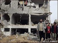 Palestinos observan los resultados de un bombardeo de Israel.