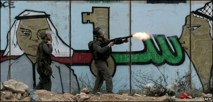 Soldados israelíes lanzan gases lacrimógenos a manifestación palestina en el punto de control de  Qalandia