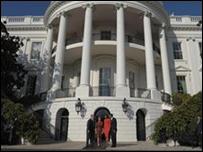Barack Obama, presidente de EE.UU. y su esposa junto al presidente saliente George W. Bush y su esposa.
