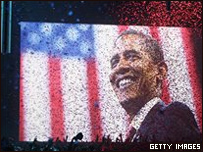 Barack Obama, presidente de EE.UU. proyectado en un pantalla gigante