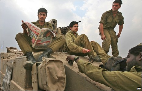 Israeli soldiers near the boundary with Gaza in southern Israel, on 17 January 2009