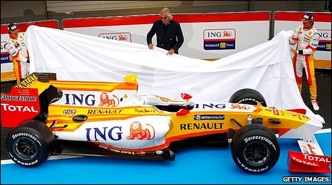 Fernando Alonso, Flavio Briatore and Nelson Piquet unveil Renault's 2009 F1 car