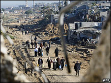 Palestinian families returning to their homes in Gaza