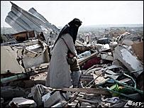 Mujer palestina, con su hijo, sobre las ruinas de su casa destruida por un bombardeo israel�.