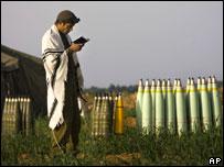 جندي إسرائيلي يتلو صلوات قرب كمية من الذخيرة (19/01/09)
