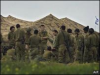 Soldados israelíes descansan en zona de repliegue cercana a Gaza