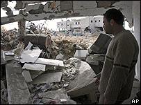 El palestino Mohammed Dardonah inspecciona los daños en la habitación de su apartamento en Gaza