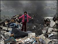 Una niña palestina de pie sobre los escombros de una casa destruida durante la ofensiva israelí en Gaza