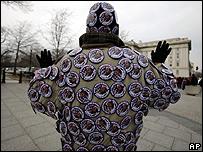 Persona con pins de Obama en Washington