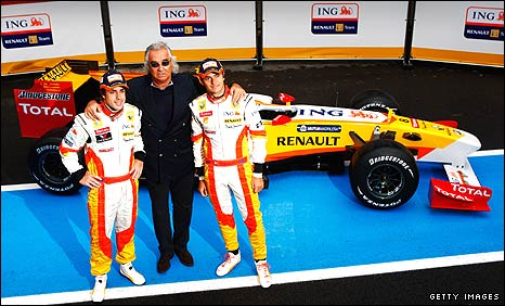Fernando Alonso, Flavio Briatore and Nelson Piquet pose with the new Renault E29