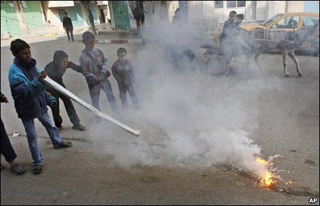 Palestinian children play with a burning lump of white phosphorus in Beit Lahiya (photo taken 19/01/2009, published 20/01/2009)