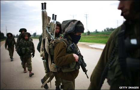 Israeli infantry soldiers patrol near the border with the Gaza strip (20/01/2009)