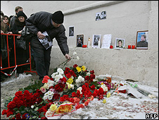 Mourners laying flowers at scene of Markelov murder, 20 Jan 09