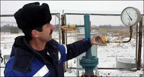A technician inspects pipeline equipment and gas pressure at the gas metering station in Pisarevka, Russia, on the border with Ukraine (20 January 2009)