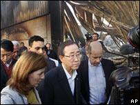 Ban Ki-moon inspecciona las ruinas de la sede de la ONU en Gaza