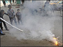 Niños palestinos juegan con una supuesta bomba de fósforo blanco