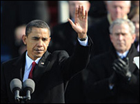 Barack Obama durante discurso de toma de posesión, George W. Bush en el fondo