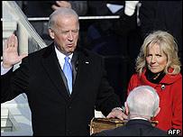 Joe Biden siendo juramentado