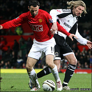 Ryan Giggs tussles with Robbie Savage