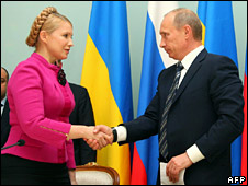 Yulia Tymoshenko shakes hands with Vladimir Putin (19 January 2009)