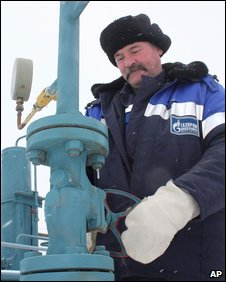 A technician inspects pipeline equipment and gas pressure at the gas metering station in Pisarevka, Russia (20 January 2009)