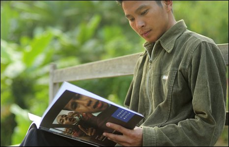 A recruit reads a Human Rights Watch publication