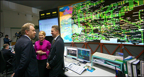 Ukrainian Prime Minister Yulia Tymoshenko (centre), Gazprom CEO Alexei Miller (right), and Naftogaz CEO Oleg Dubina at a gas control centre (19 January 2009)