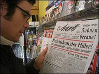 Alemán leyendo un diario testimonial / Foto: Sergio Correa