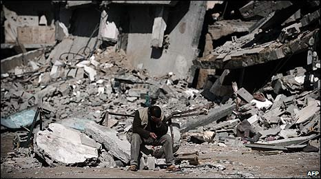 A man sits by the rubble of buildings in southern Gaza (19/01/2008)