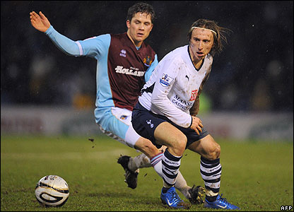 Burnley's Joey Gudjonsson (l) and Tottenham's Luka Modric challenge for the ball