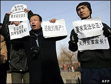 Protesters outside the court in Shijiazhuang on 22/1/09