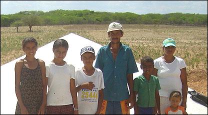 Familia frente a una cisterna para agricultura en Oricuri, estado de Pernambuco, Brasil (Foto: gentileza ASA)