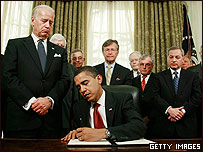 Barack Obama firmando el decreto