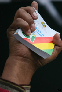 El presidente de Bolivia, Evo Morales, sostiene un ejemplar del texto constitucional que se sometá a consulta