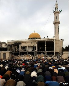 Friday's prayers performed next to a damaged mosque in Gaza City, 23 January 2009