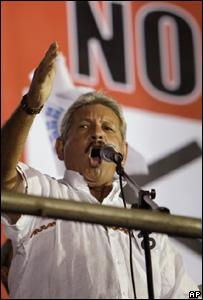 El prefecto de Santa Cruz, Rubén Costas, habla en acto en contra del proyecto constitucional