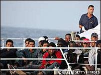 Нелегальные мигранты у побережья Лампедузы (снимок из архива)
