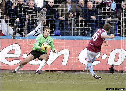Mark Noble converts an injury time penalty for West Ham