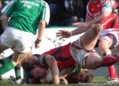 Hooker Matthew Rees surges over as the Scarlets stage a second-half comeback