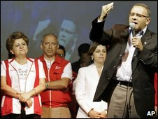 Violeta Menjivar (L) and Mauricio Funes at a FMLN rally in San Salvador, 18 January
