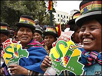 Simpatizantes de Morales vestidas con los colores de la bandera boliviana