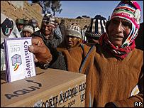 Un ind�gena vota en una escuela rural