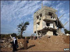 Palestinians near the ruins of a home in Jabaliya, Gaza  (21 January 2008)