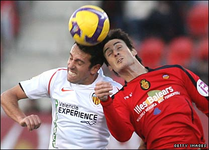 "Valencia""s Brazilian Edu (L) fights for the ball with Mallorca""s Arizt Aduriz"