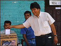 Evo Morales votando