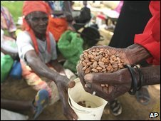 Zimbabwean villagers receive food aid